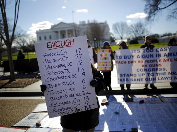 Le associazioni contro la proliferazione della armi manifestano davanti alla Casa Bianca (Reuters)