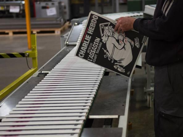 Le rotative che stampano la copertina di Charlie Hebdo (Afp)