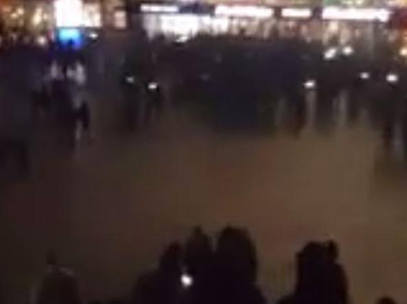 Folla alla stazione di Colonia l'ultimo dell'anno