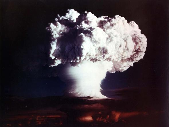 L'esplosione della prima bomba H sperimentale americana XX-58 Ivy Mike il 1� novembre 1952 sull'atollo di Enewetak, nel Pacifico. La foto - a colori - venne diffusa solo 50 anni dopo, il 28 ottobre 2002 (Epa/Us Department of Energy)