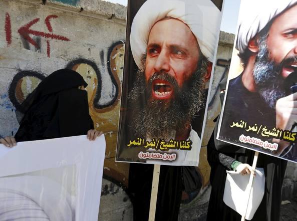 Sciiti manifestano a Sanaa con cartelli inneggianti allo sceicco Nimr al-Nimr  (Reuters)