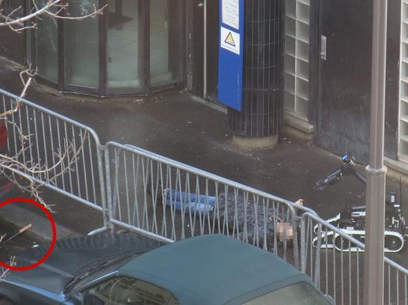 L'uomo abbattuto dalla polizia, sulla sinistra il coltello da macellaio (Afp)