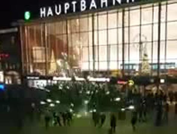 Un frame tratto da Youtube mostra i festeggiamenti a Colonia allo scoccare della mezzanotte del 31 dicembre scorso  (Ansa)