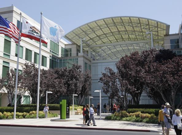 L'ingresso della sede di Apple (Ap)