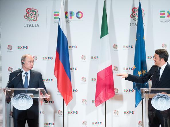 Vladimir Putin con Matteo Renzi all'expo (LaPresse)