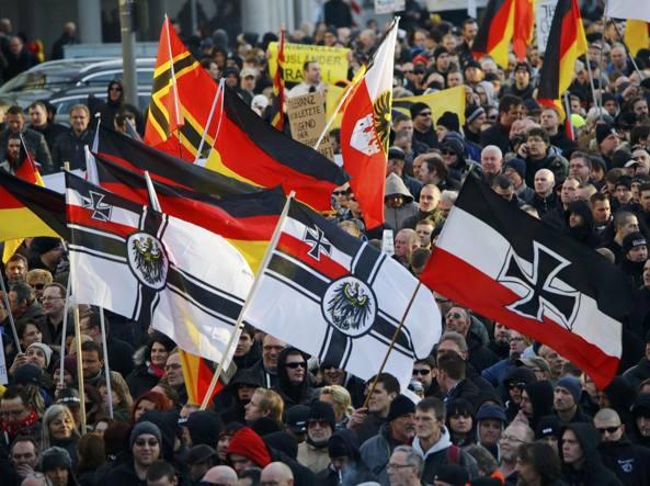 Manifestanti di destra in piazza a Colonia (Reuters)