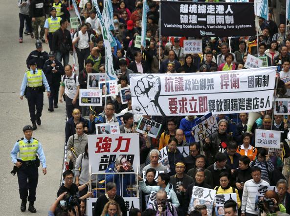 Manifestazione di protesta ad Hong Kong a favore dei 5 librai scomparsi (Reuters)