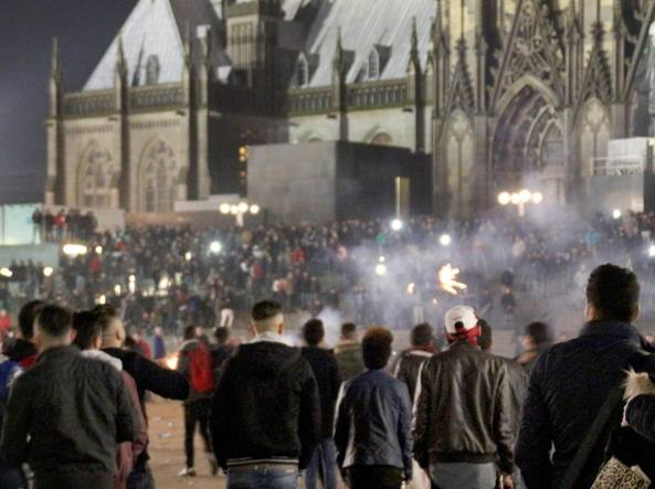 L'assembramento davanti alla stazione di Colonia la notte di Capodanno (Epa)