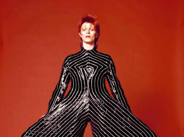David Bowie con un costume disegnato da Kansai Yamamoto, 1973  (Ansa)
