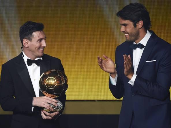 Lionel Messi applaudito da Kakà per la vittoria nel Pallone d'Oro (Afp/Morin)