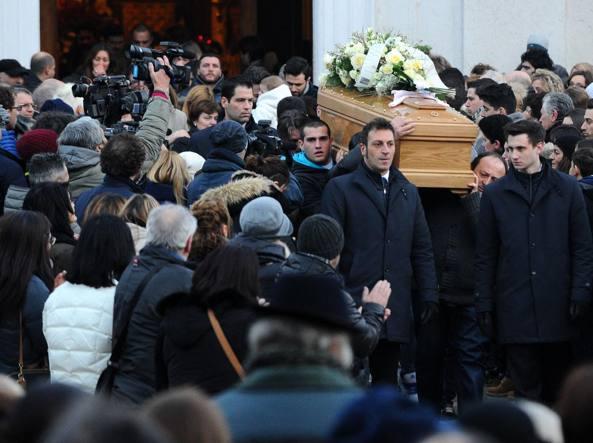 I funerali di Giovanna Lazzari, la 30enne morta all' ospedale Civile di Brescia (LaPresse)