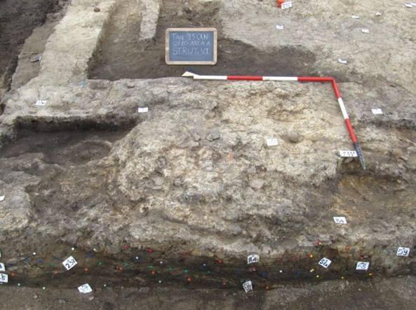 Uno dei focolari con base formata da un'ampia piastra subcircolare in limo rinvenuti nei recenti scavi a Ca' Baredi, presso Terzo d'Aquileia (Un. di Udine)
