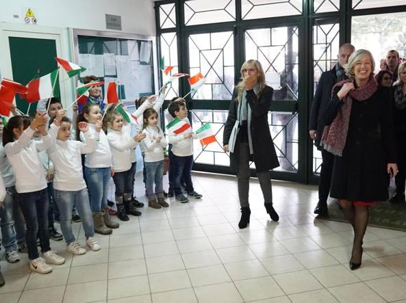 Il ministro Stefania Giannini in visita a una scuola a Caivano, Napoli (Ansa)