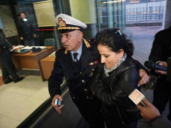 La prima cittadina di Quarto (Napoli) Rosa Capuozzo, 45 anni, espulsa dal Movimento Cinque Stelle, marted� al suo arrivo in municipio (Ansa/Abbate)