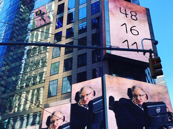 La foto di Hawking apparsa a Times Square