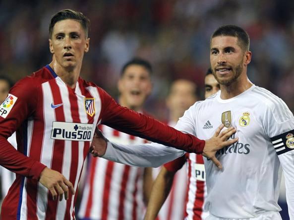 Sergio Ramos (a destra) e  Fernando Torres nel derby di Madrid dello scorso ottobre (Lapresse)