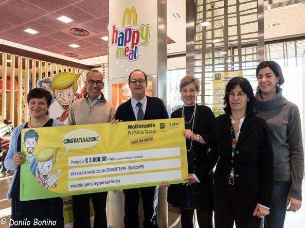 La premiazione della Scuola media  Enrico Fermi di Binasco (MI), che ha vinto un kit didattico e tecnologico del valore di 2.000 euro