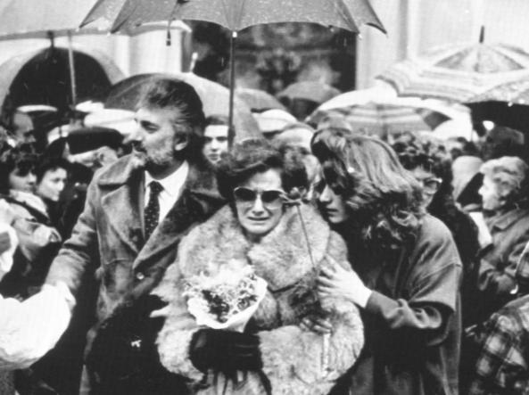 I  genitori e la sorella di Lidia Macchi all'uscita del Duomo dopo la cerimonia funebre, Varese. È il gennaio del 1987