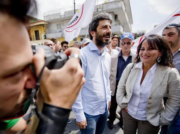 Roberto Fico e Rosa Capuozzo, insieme per la campagna elettorale nel giugno 2015 (Ansa)
