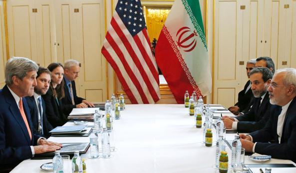 L'incontro a Vienna in cui l'Agenzia internazionale per l'Energia atomica ha reso pubblico il rapporto che certifica l'adempimento da parte di Theran dell'accordo sul nucleare. Nella foto il segretario di Stato americano Kerry e il ministro degli esteri iraniano Zarif  (AFP)