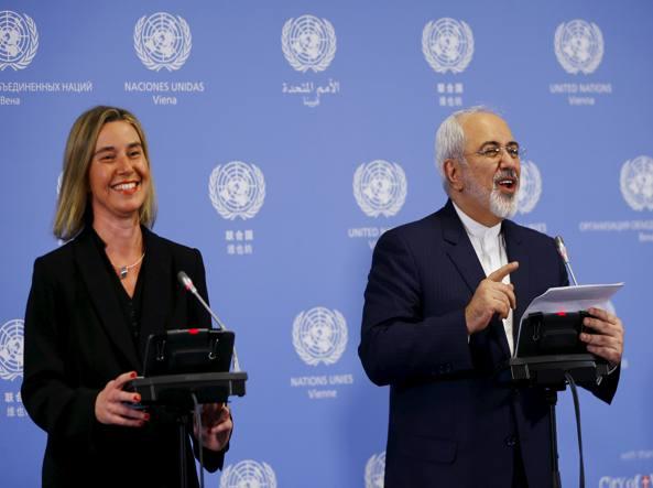 Il capo della diplomazia europea Federica Mogherini nella  conferenza stampa congiunta a Vienna   con il ministro iraniano degli esteri Javad Zarif. Hanno dato l'annuncio dello stop alle sanzioni all'Iran  (Reuters)