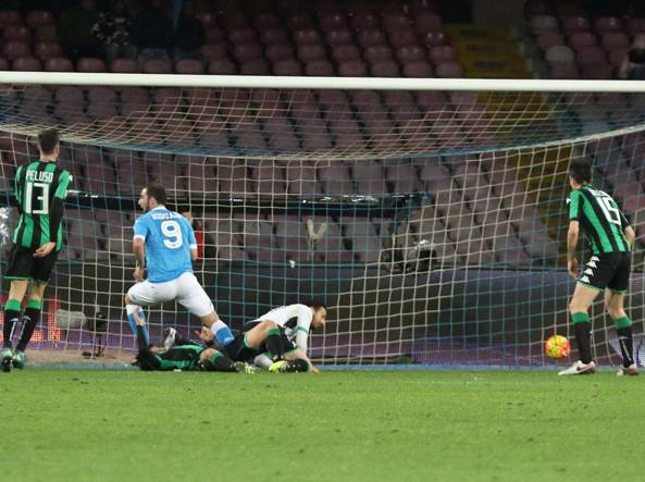 Higuain segna il gol del 2-1 del Napoli (Ansa/Abbate)