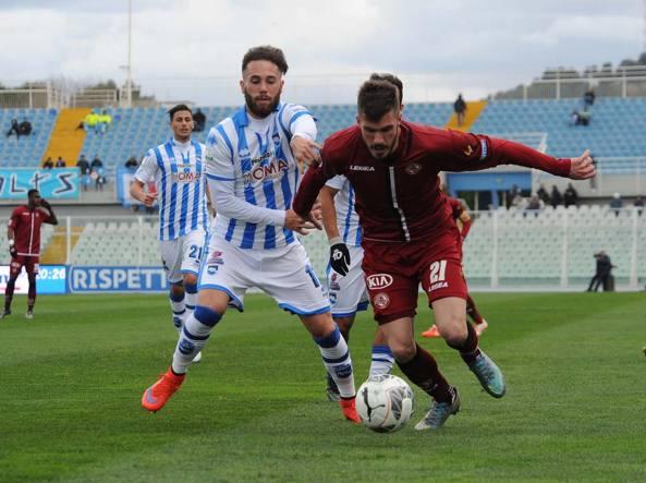 Zampano  del Pescara contende la palla a Jelenic del Livorno (LaPresse)