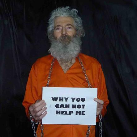 Robert Bob Levinson in catene e tuta arancione nell'ultima immagine a disposizione risalente al 2011