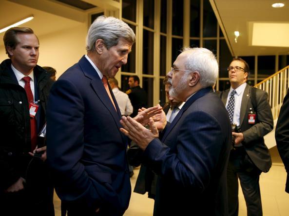 Il segretario di Stato americano Kerry con il ministro degli esteri di Teheran Zarif (Reuters)
