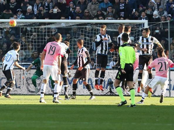 La punizione dell'1-0 di Dybala: la Juventus � inarrestabile (Ansa/Lancia)
