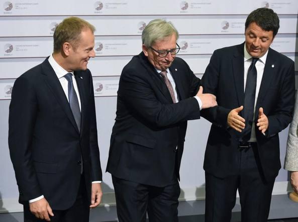 Il presidente del Consiglio Ue Donald Tusk con il numero uno della Commissione Ue Jean-Claude Juncker e il premier Matteo Renzi