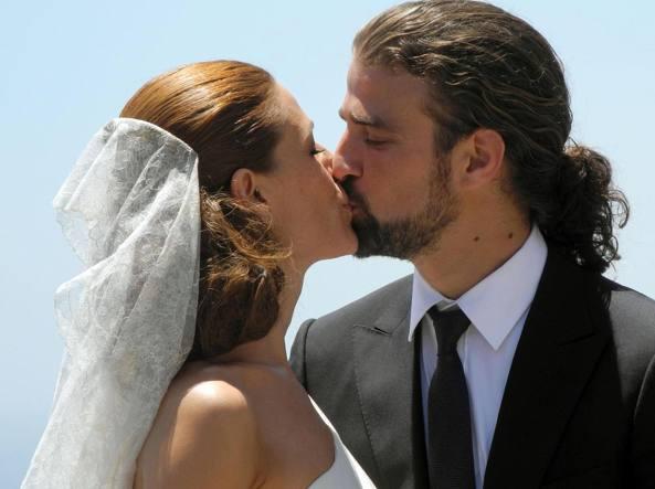 Mario Biondo e la moglie Raquel Sanchez Silva, show girl assai nota in Spagna,  nel giorno del matrimonio a Taormina (Ansa)
