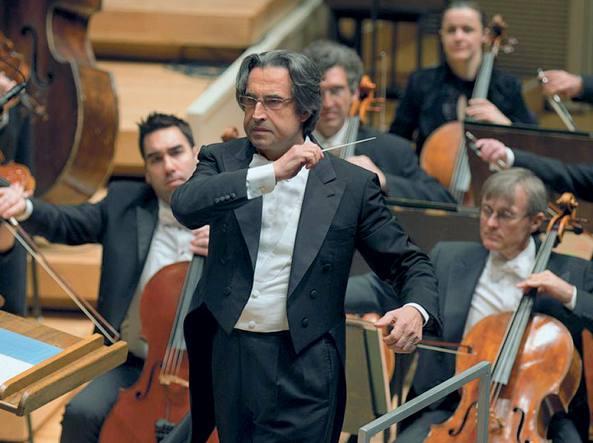 Riccardo Muti è nato a Napoli, il 28 luglio del 1941; dal 1986 al 2005 è stato direttore musicale alla Scala. Dal 2010 guida la Chicago Symphony Orchestra, con cui ha rinnovato il contratto fino al 2020