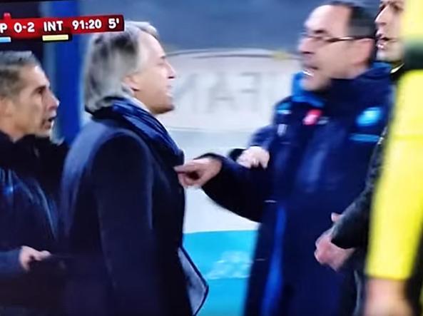 Un momento del diverbio Mancini-Sarri a bordo campo (Ansa/Rai)