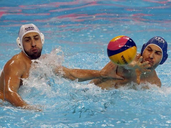 Pietro Figlioli in azione contro Zurab Rurua (Ap/Vojinovic)