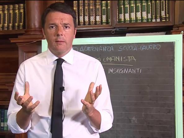 Matteo Renzi sale in cattedra e  illustra alla lavagna i punti essenziali della riforma della Buona Scuola (13 maggio 2015/Ansa)