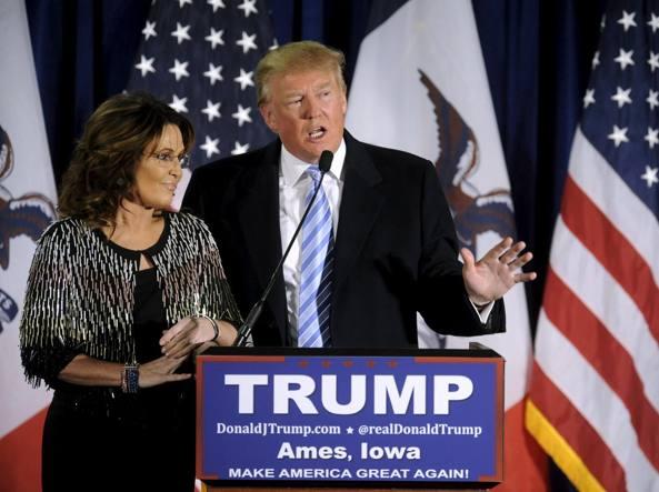 Sarah Palin e Donald Trump insieme sul palco ad Ames, nell'Iowa (Reuters)