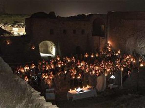 Una messa nel monastero (Foto Ap)