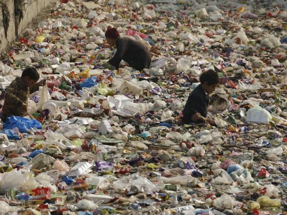 17 gennaio 2016: un canale di Peshawar (Pakistan) interamente coperto dai rifiuti di plastica (Reuters)