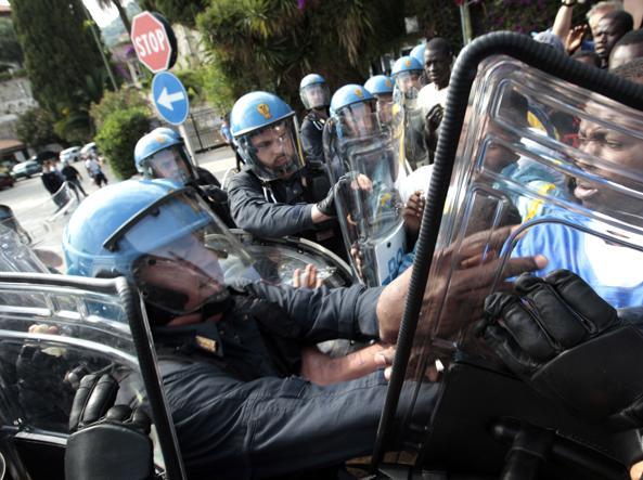 Un momento degli scontri a Ventimiglia tra polizia e migranti in luglio (Afp)