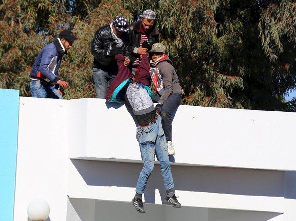 Un giovane disoccupato tenta di buttarsi dal tetto del governatorato(Reuters)