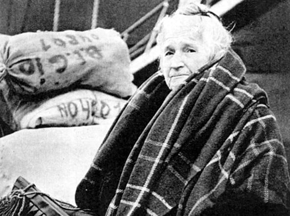 Un'anziana profuga istriana in attesa dell'imbarco per l'Italia dopo la cessione dell'Istria alla Jugoslavia di Tito