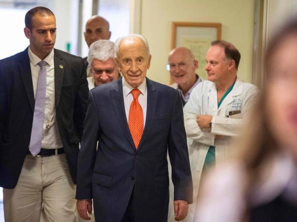 Peres mentre esce dall'ospedale lo scorso 19 gennaio  (Afp)