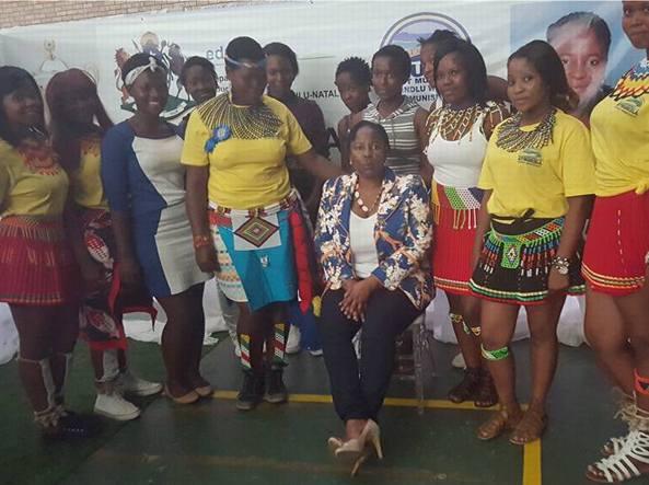 Il sindaco Dudu Mazibuko con le ragaze premiate (Facebook=