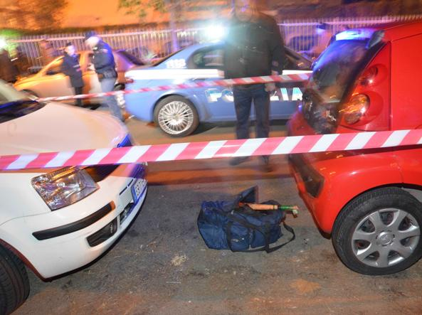 Un'ambulanza all'esterno dello stabile  di Pescara all'interno del quale, in un bilocale, sono stati uccisi una donna polacca di 56 anni e suo figlio di 23 (Ansa)
