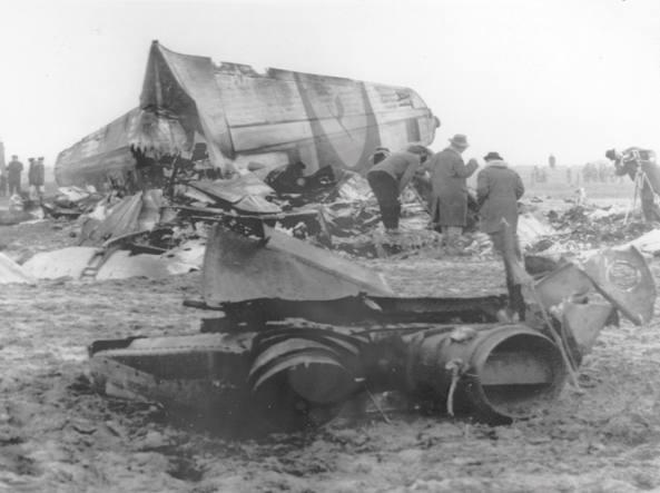 I resti dell'aereo Lufthansa su cui il 28 gennaio 1966 hanno perso la vita anche 8 membri della delegazione del nuoto azzurro e un giornalista italiano (Upi Gmt)