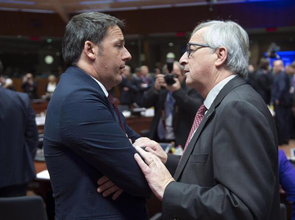 Il premier Matteo Renzi, 41 anni, con Jean-Claude Juncker, 61, presidente della Commissione Ue, a un recente vertice europeo. Nelle ultime settimane, il capo del governo italiano ha più volte segnalato  la sua insoddisfazione per «la rigidità» dell'Europa nei confronti dell'Italia. Renzi ha anche avuto una polemica personale con Juncker (Ansa)
