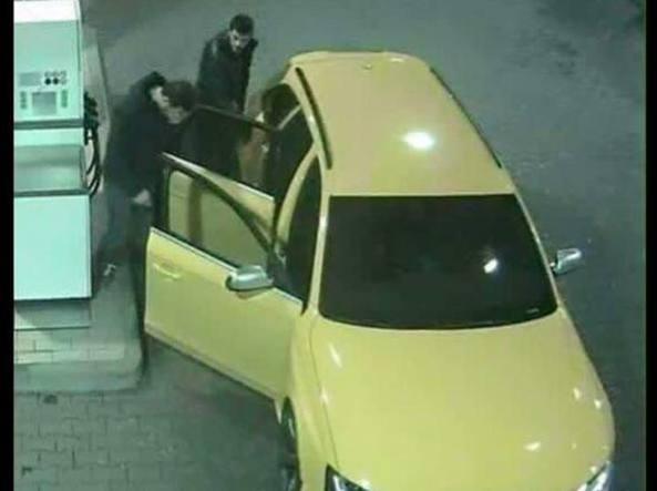 L'Audi gialla ricercata mentre fa rifornimento a un distributore della A4