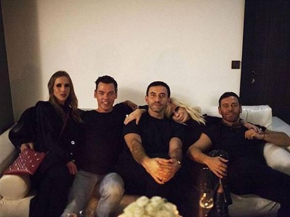 Al centro Donatella Versace appoggia la testa sulla spalla di Riccardo Tisci (Instagram @donatella_versace)