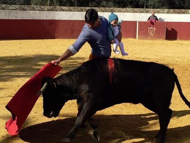 Spagna, torero nell'arena con la figlia di 5 mesi: polemica sui social